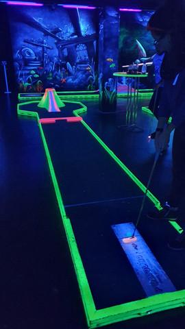Neon Minigolf mit Grace Hood