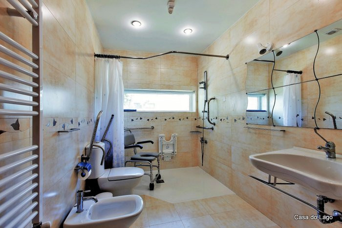 Adapted bathroom with wheel-in-shower, at the disabled accessible villa Casa do Lago