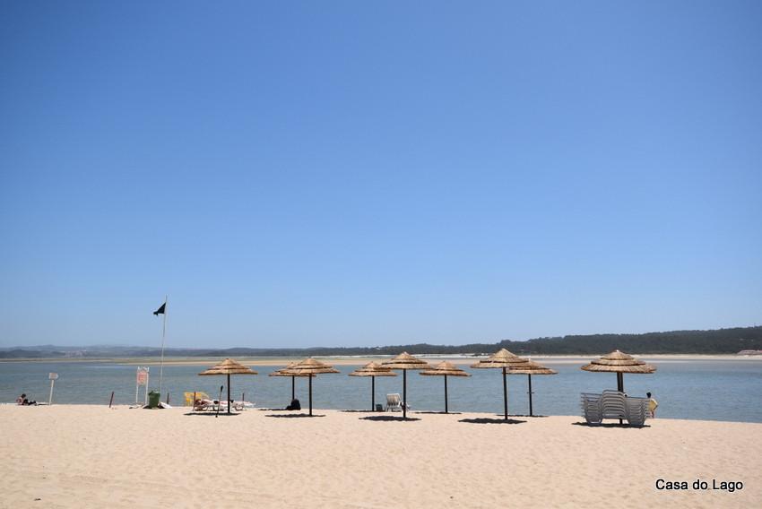 Foz do Arelho beach in June: tranquil and vast
