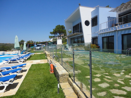 Pool fence in the villa Casa do Lago: transparent, solid, with 1,20 / 1,50 meters high.