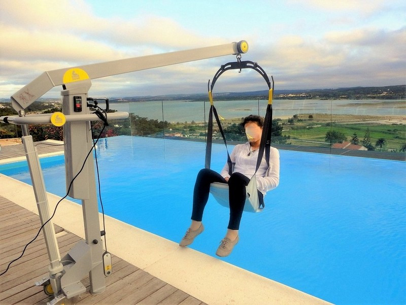 Pool hoist for disabled holidays in Casa do Lago