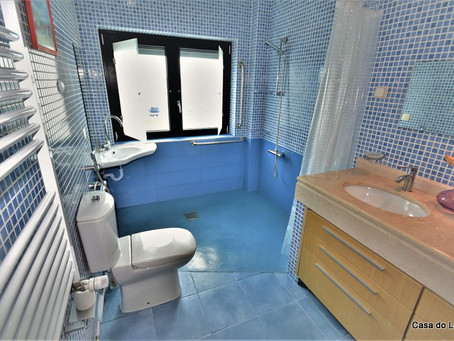 New wheelchair adapted en suite bathroom, in the holiday villa Casa do Lago!