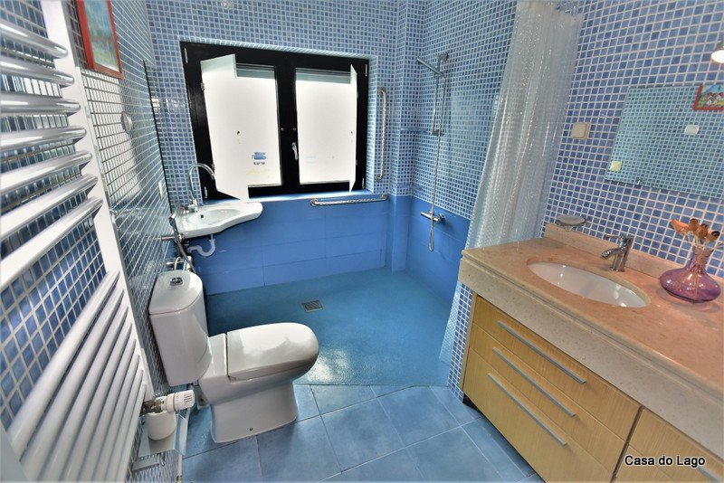 The blue adapted bathroom in the disabled friendly villa Casa do Lago, in Portugal