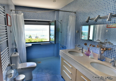 Second Disabled accessible bathroom in Casa do Lago Holiday Villa