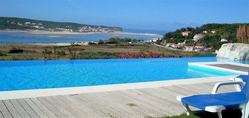 heated, panoramic and fenced pool in the holiday villa casa do lago