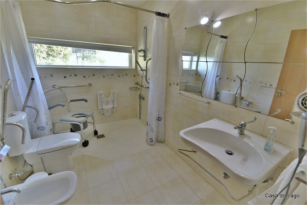 The beije adapted bathrom in the accessible holiday villa Casa do Lago