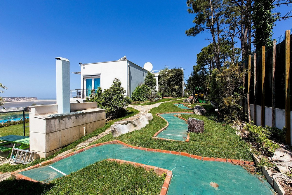 Crazy golf with 6 features: ideal for families playing