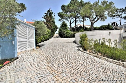 Entrance road and access to the first floor parking places at Casa do Lago