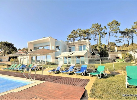 Large and all enclosed pool area in the private holiday villa Casa do Lago, at Portugal.