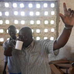 Schulleiter testet das Wasser.JPG