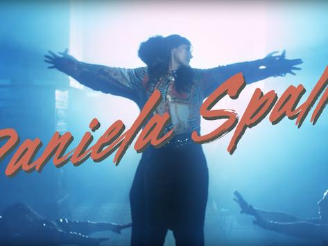 """""""Te veo a la Salida"""" El nuevo video de Daniela Spalla con toda la onda retro que necesitábamos"""