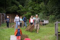 Holz sammeln für das Lagerfeuer