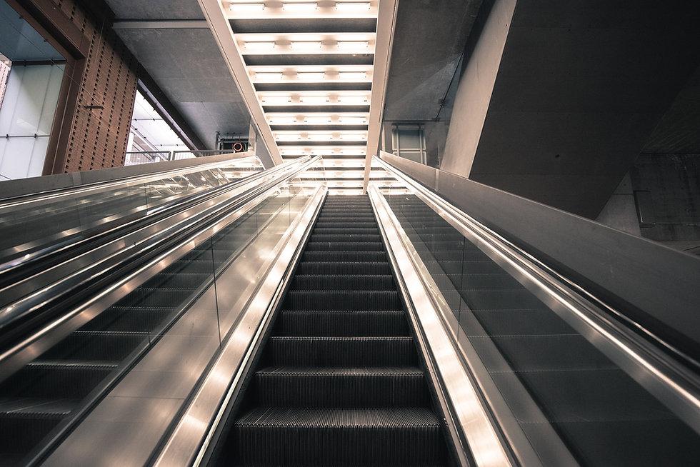 escalator-2471204_1920.jpg
