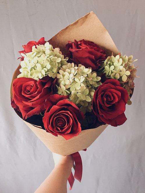Сборный букет из роз и гортензии