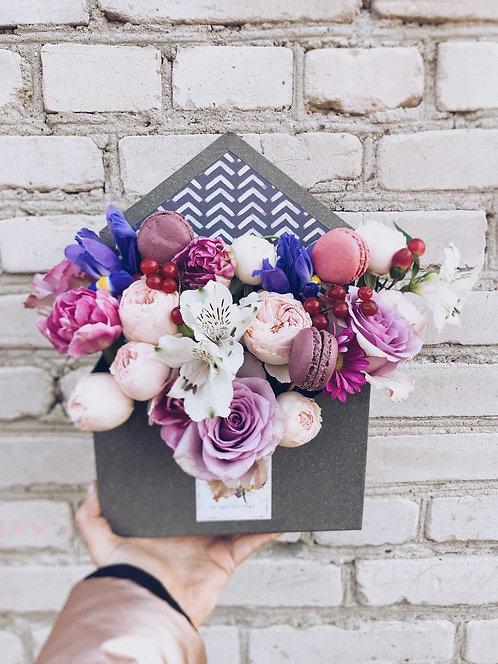 Конверт с цветами и макарунсами