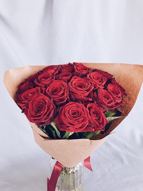 19 красных бархатных роз