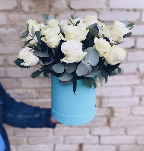 Композиция из 19 роз с зеленью