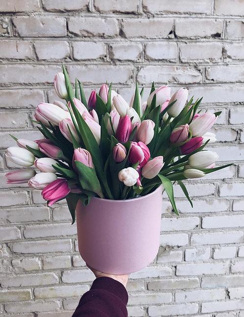 Композиция из 79 тюльпанов в шляпной коробке
