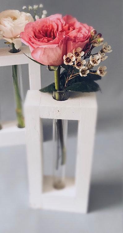 Пионовидная роза в подставке с колбой