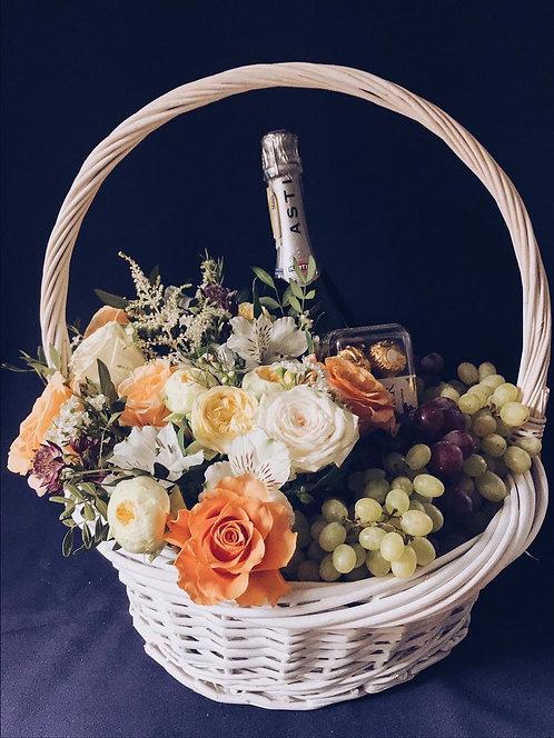 Цветочная корзина с фруктами и шампанским