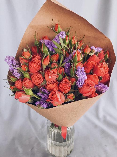 Букет из 9 кустовых роз со статицей
