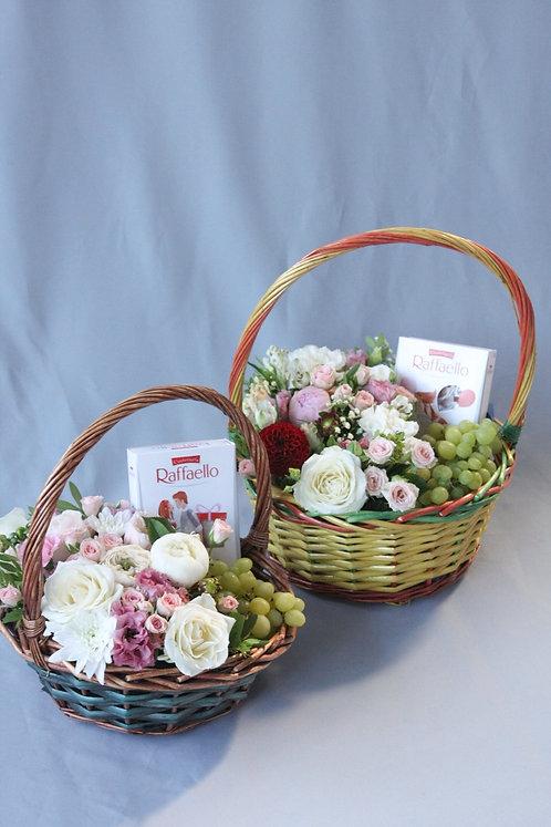 Корзина с цветами, фруктами и конфетами