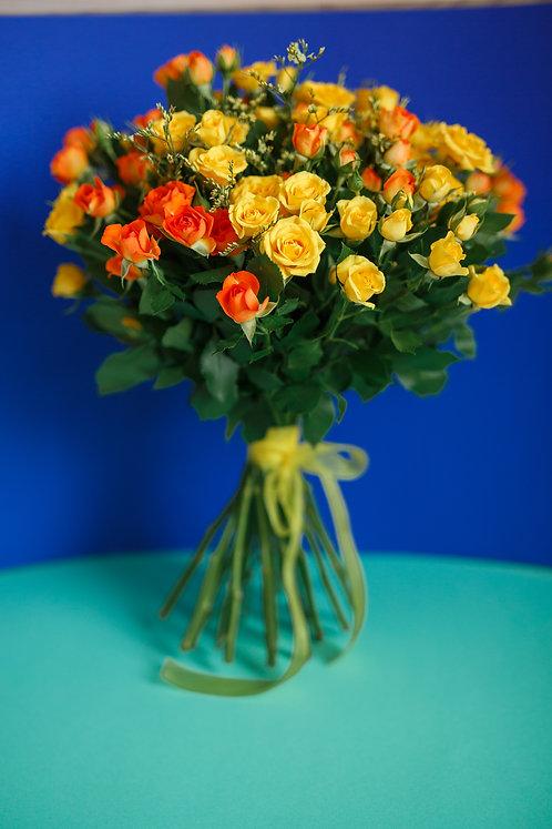 Букет из 19 кустовых роз с лимониумом