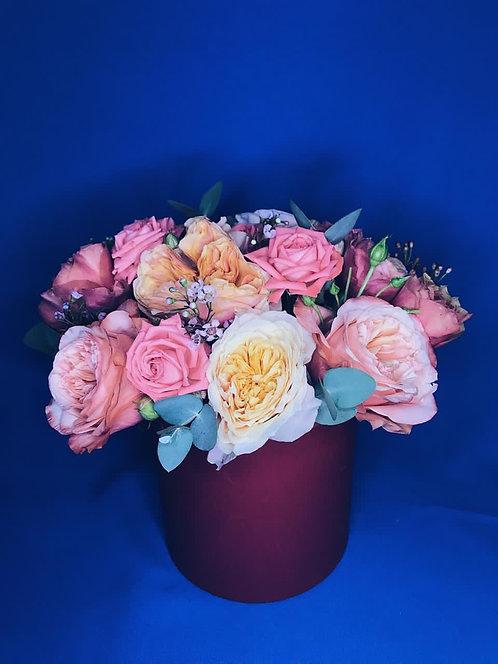 Композиция в шляпной коробке из пионовидных роз