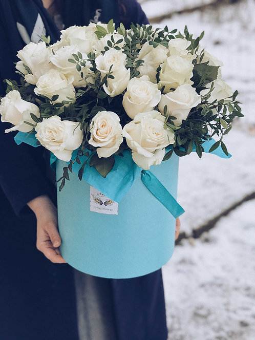 Цветочная композиция в шляпной коробке с белыми розами