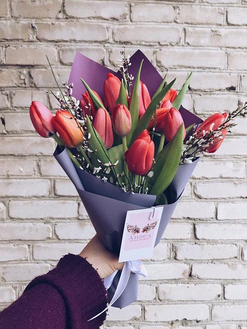 Букет из 15 тюльпанов с генистой