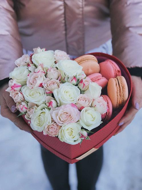 Цветочная композиция с макарунами в форме сердца