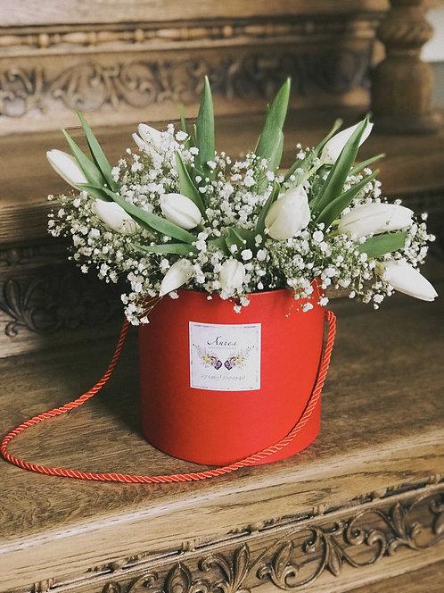 Композиция в коробке с тюльпанами