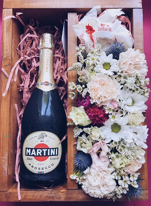 Цветочная композиция с вином