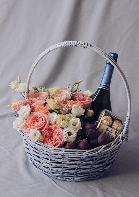 Корзина с цветами, шампанским, фруктами и конфетами