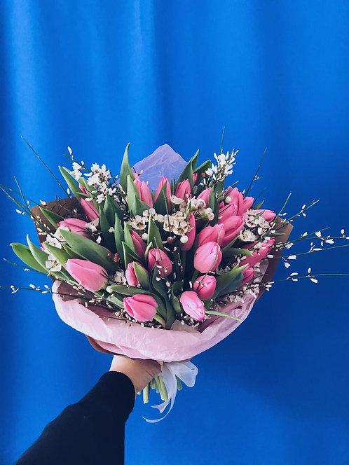 Букет и 29 тюльпанов, генисты и шамелациума