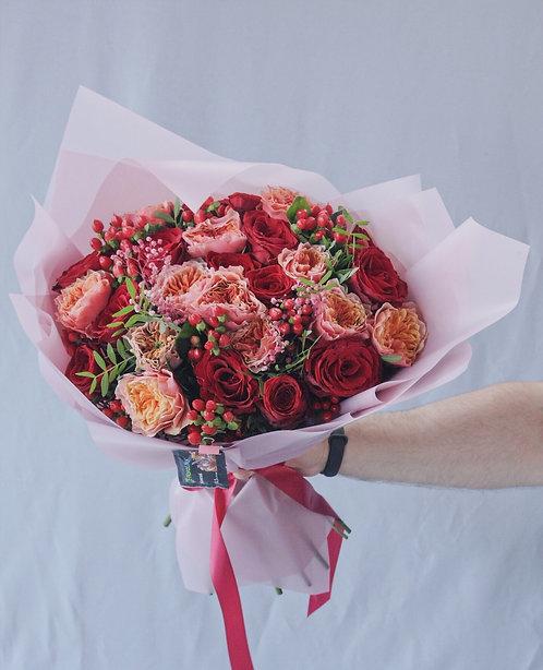 Сборный букет из красных и пионовидных роз