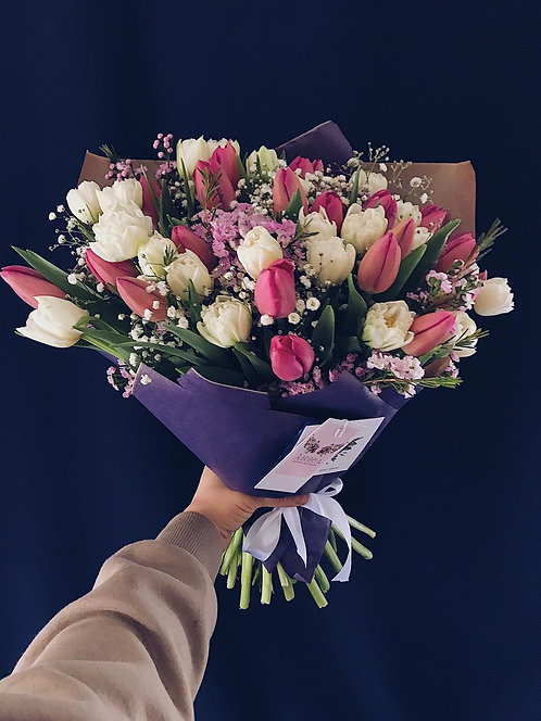 Букет из 45 тюльпанов, гипсофилы и шамелациума