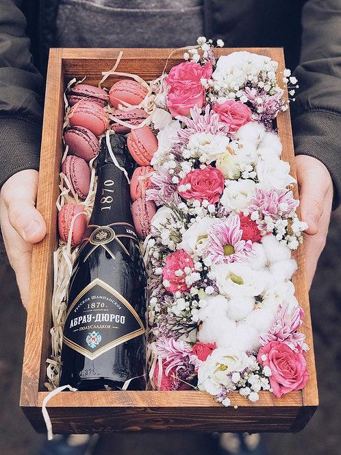 Композиция в ящике с макарунами и шампанским