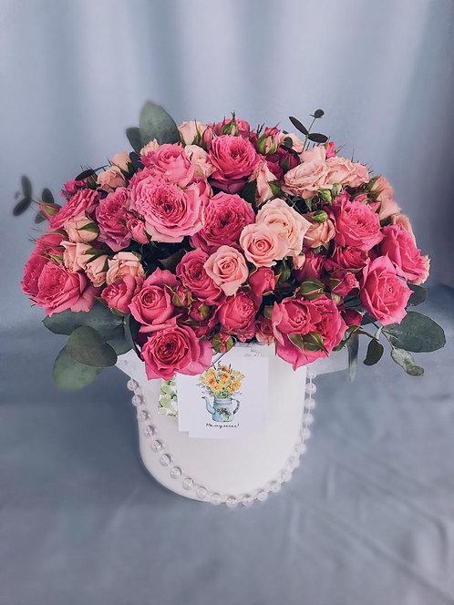 Композиция в бархатной шляпной коробке из пионовидных кустовых роз