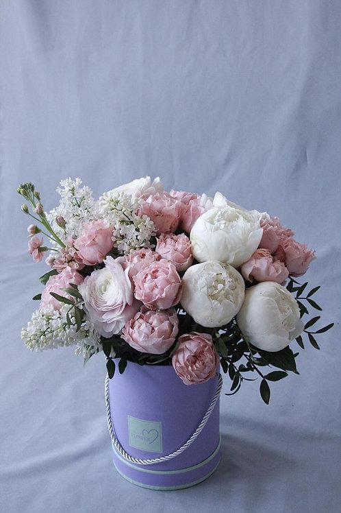 Композиция с пионами, пионовидными розами, сиренью и матирлой