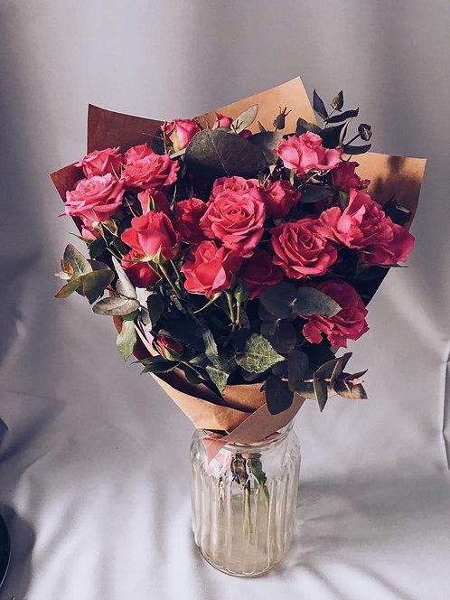 Букет из 7 кустовых роз с эвкалиптом