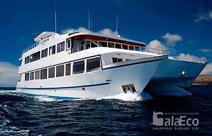La mejor manera de conocer Galapagos es viajando en barco Catamaran Millennium