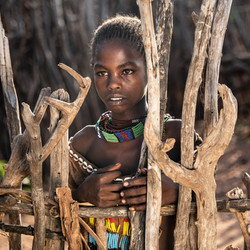 Hammar Tribe Girl Behind Gate-3965