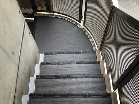 神楽坂 Mビル 屋外階段の床シート貼り