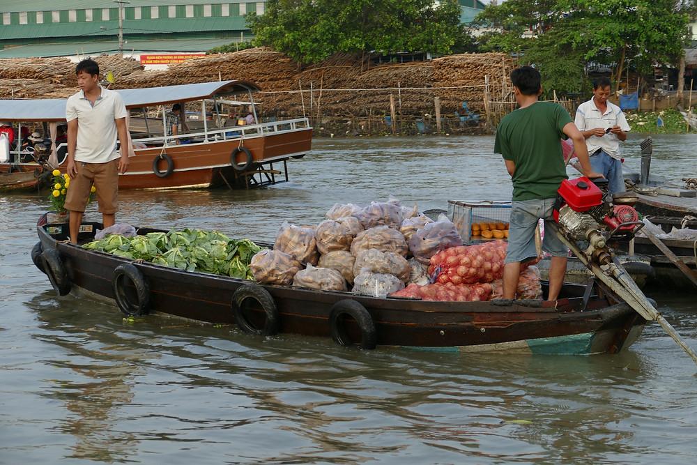 marché sur l'eau bateau