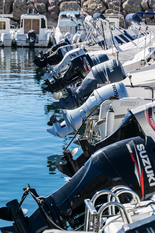 nombreux Moteurs hors-bord de bateaux alignés
