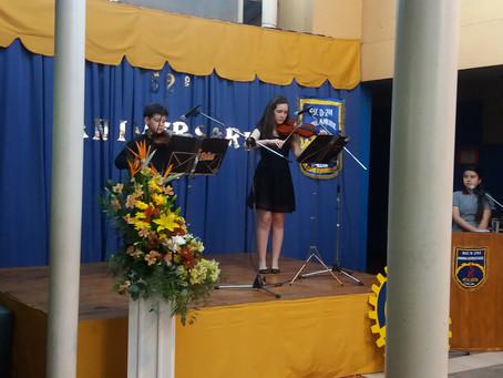 Dúo de Violines se presenta en Aniversario  Escuela Gabriela Mistral