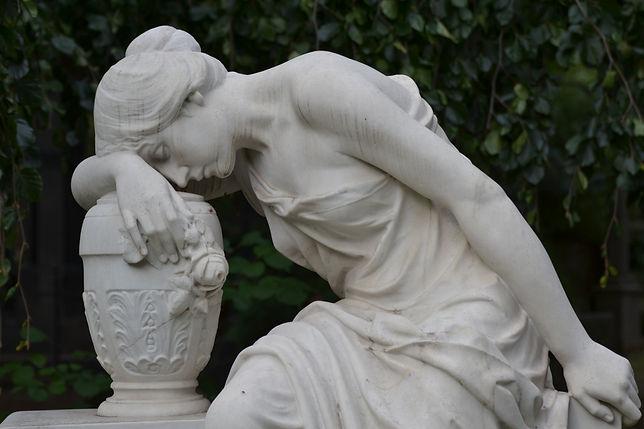 Friedhofskunst Frau weiss.JPG