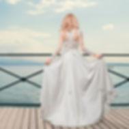 Свадебное платье прямого или А-силуэта (если добавить подъюбник). Нежный легкий мокрый шелк, корсет вручную расшит плетеным цветочным кружевом, пояс с кристаллами.