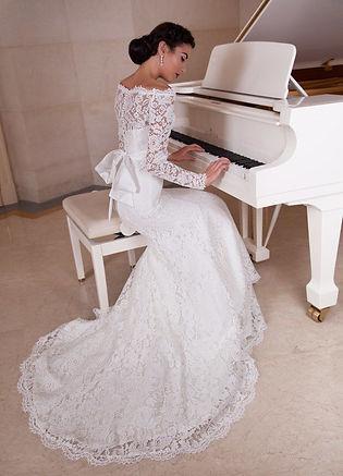 Кружевное свадебное платье прямого силуэта с рукавами